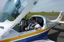 Helmut Lehrer v kabině svého ultralightu na jindřichohradeckém letišti.