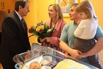 Starosta Stanislav Mrvka gratuloval rodičům prvního Hradečáka roku 2017, kterým je Tomáš Camrda.
