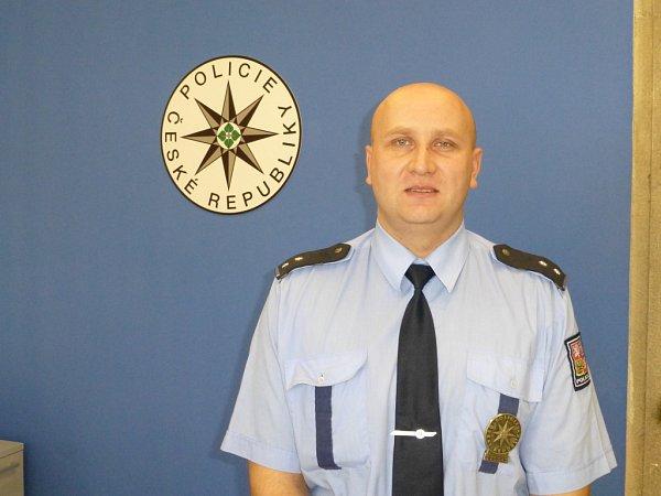 MAD MAX, NEBOLI ŠÍLENÝ MAX, to byl název místa na maďarsko-srbské hranici, kde Maďaři zablokovali vagonem železniční trať, kterou využívali nelegální migranti kprůniku do Schengenu. Ve společné hlídce byl ijindřichohradecký policista Tomáš Roupec.