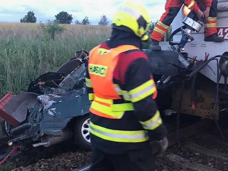 Při střetu auta s vlakem na přejezdu u Bednárce na Jindřichohradecku v roce 2019 zemřela řidička.