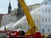 Účastníky pokusu o rekord v horku osvěžovali hasiči.