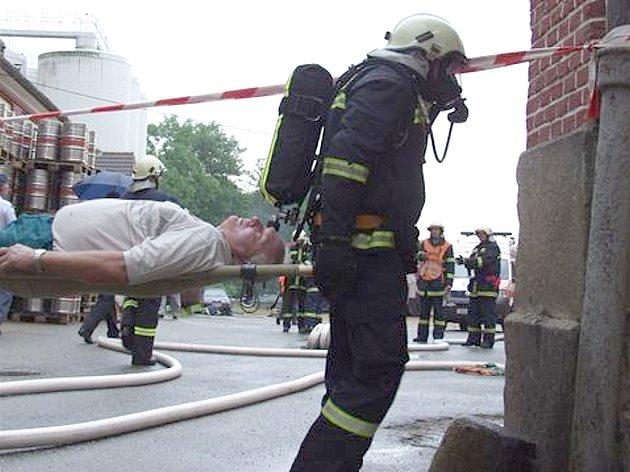 Včera v rámci taktického cvičení hasiči s dalšími členy integrovaného záchranného systému procvičovali zásah při úniku čpavku ze strojovny chladicího zařízení v třeboňském pivovaru.  Na snímku vynášejí zasaženého dělníka.