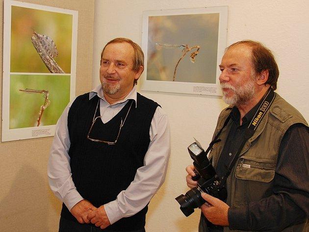 Nevšední pohled na svět kolem nás, a to nejen pro návštěvníky krajiny rybníků, ale i pro samotné Třeboňáky, nabízí fotografie autorů Josefa Hláska (na snímku vlevo) a Jana Ševčíka.
