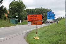 Ve směru z Jindřichova Hradce na Kunžak a Dačice musí nyní řidiči sledovat objízdné trasy.