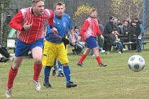 Fotbalisté Klikova na domácí půdě vyprovodili poslední tým přeboru Staré Město osmi góly. Na snímku sledují dráhu míče hostující Račák (vlevo) a klikovský Mužík.