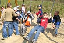 Děti na hřišti.