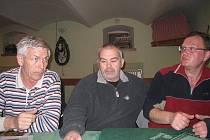 Na snímku o snahách o osamostatnění Otína diskutují členové osadního výboru (zprava) předseda Vladimír Borčin, Milan Michálek a Vratislav Tůma.
