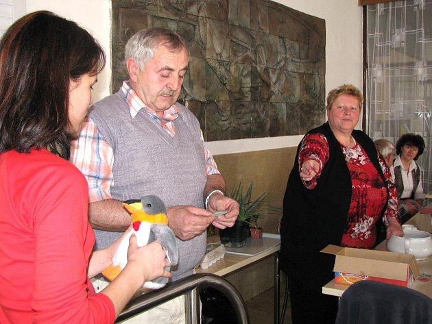 K výroční schůzi zahrádkářů v Třeboni patří i tombola, která je vždy zlatým hřebem programu.