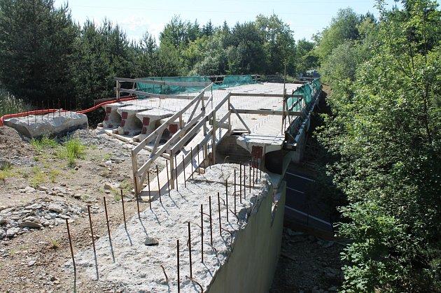 Oprava mostu měla být hotová už v říjnu. Nezabezpečené staveniště ohrožuje hlavně zdraví a životy dětí, které si tudy krátí cestu do školy.