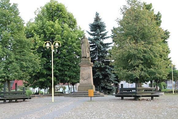 Kardašova Řečice, pomník Boleslava Jablonského na náměstí.