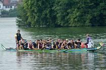 Jindřichohradecký rybník Vajgar hostil druhý ročník závodů dračích lodí s názvem Vajgarská saň.