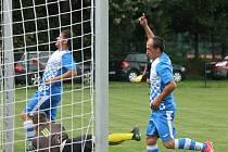 Studenský kanonýr Libor Dvořák právě střílí jeden ze svých 12 gólů, které zaznamenal v sedmi podzimních duelech, a vede tak pořadí nejlepších střelců soutěže.