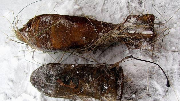 Pohled na část munice nalezené na jindřichohradeckém kynologickém cvičišti.