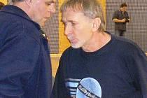 Jan Dvořák (vpravo, společně s lékařem týmu Jiřím Loučkou) už v nadcházející sezoně házenkářky J. Hradce koučovat nebude, ale posune se na pozici vedoucího družstva.