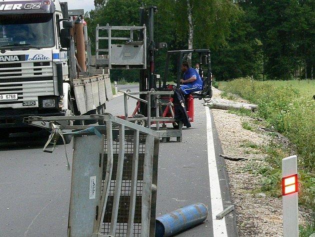 Havarované auto s vysypaným nákladem plynových lahví.