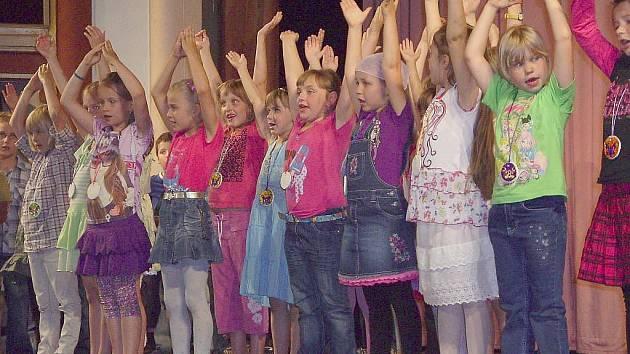 Třída 1. A doprovází svůj zpěv pečlivě secvičenými pohyby. Vystoupení mělo úspěch.