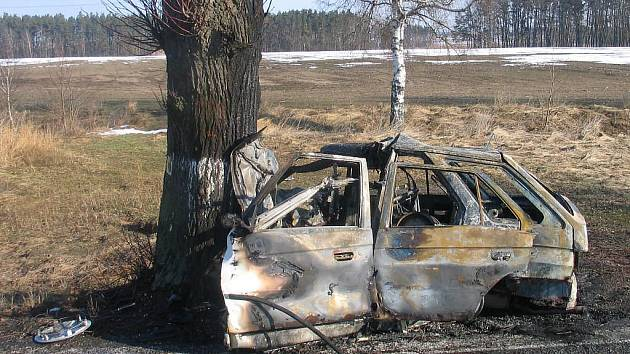 Pohled na zdemolované a ohořelé auto, ve kterém nalezl ve středu u Doňova řidič smrt.