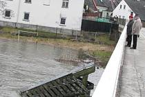 Pohled na Nežárku v pátek v 10.05 hodin u mostu u prádelny.