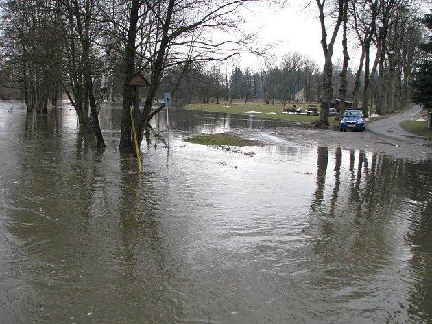 Pohled na Nežárku v  Dolním Skrýchově.