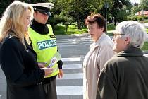 Policejní mluvčí Hana Millerová s dopravními policisty se v pondělí v rámci preventivní akce Zebra se za tebe nerozhlédne zaměřila na seniory.