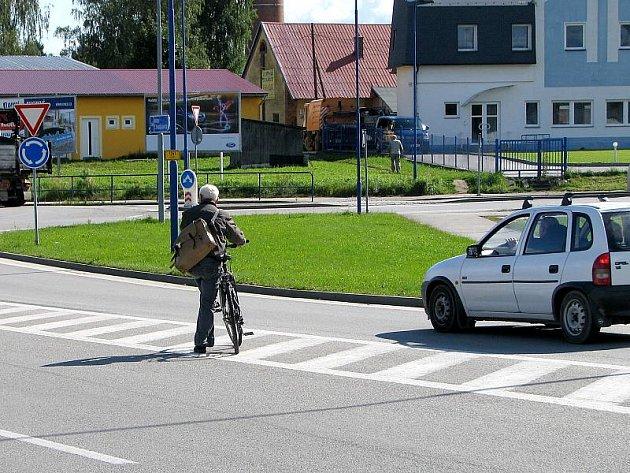Na úseku silnice před hypermarketem Albert chodci často riskantně přecházejí mimo přechod i mezi projíždějícími vozdily.