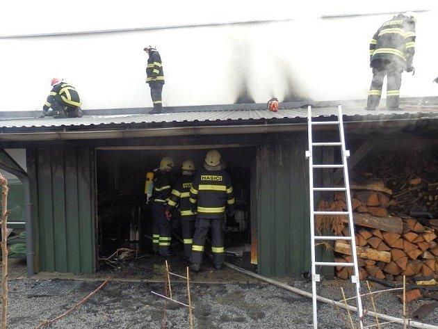 Požár přístřešku u domu v Jindřichově Hradci ve Zbuzanech.