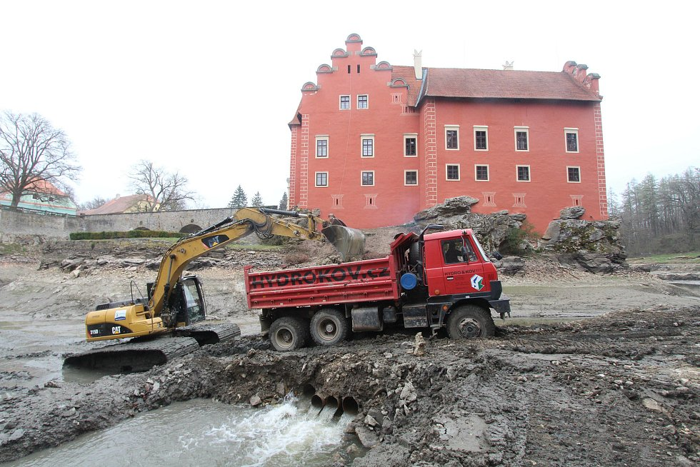 Odbahňovací práce na Zámeckém rybníce v roce 2019.