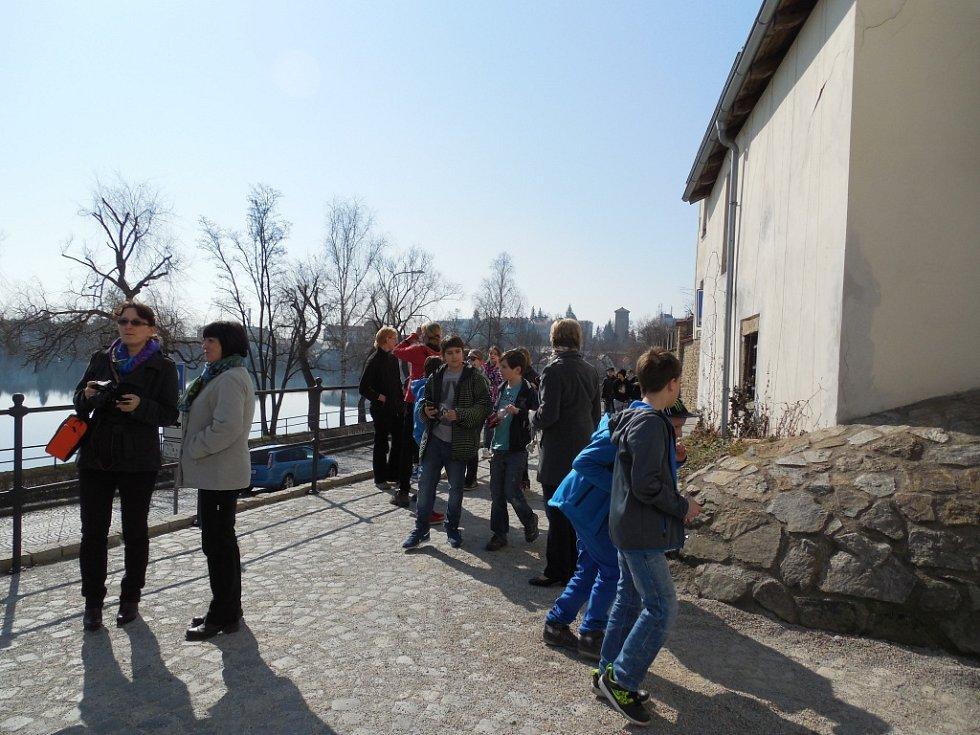 Na nábřeží rybníku Vajgar pozorovali zatmění Slunce žáci z 1. základní školy.
