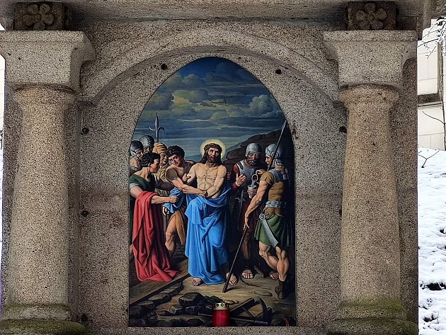 Křížová cesta ke kostelu svatého Jakuba vJindřichově Hradci. Pán Ježíš zbaven roucha.