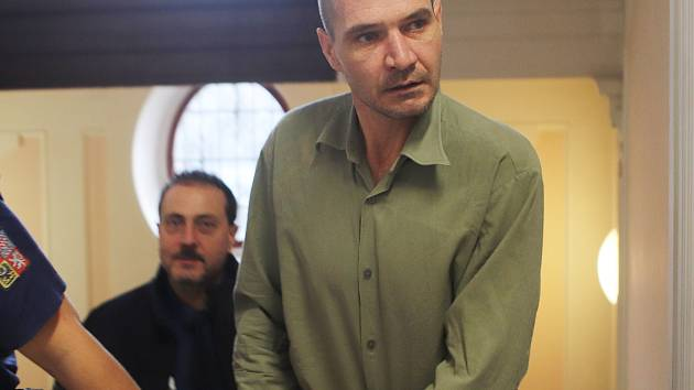 Obžalovaný jedenáctkrát soudně trestaný bezdomovec Miloš Matulka u krajského soudu.