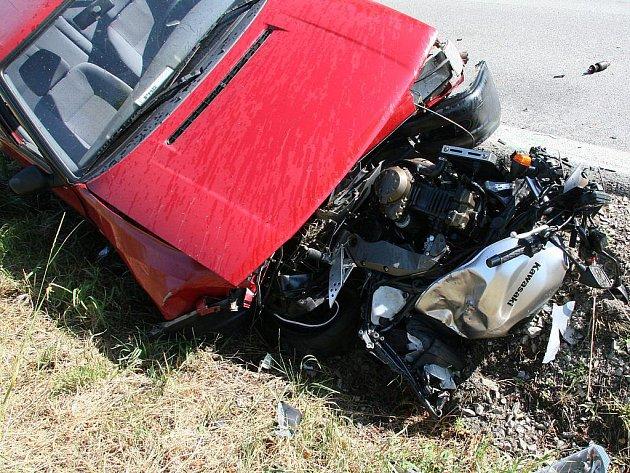 Tragická páteční nehoda motorkářů u Hospříze, kde spolujezdkyně zahynula pod koly předjížděného nákladního auta. Řidič motocyklu a tříčlenná posádka felicie jedoucí v protisměru, do které motorka narazila, utrpěli zranění.