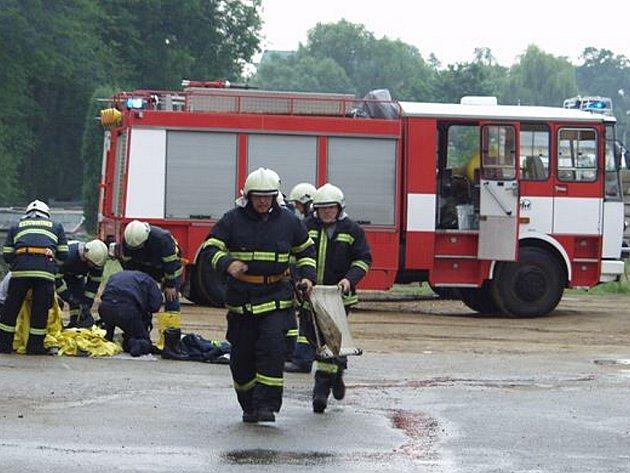 Cvičení integrity záchranného systému v třeboňském pivovaru při simulovaném úniku čpavku.