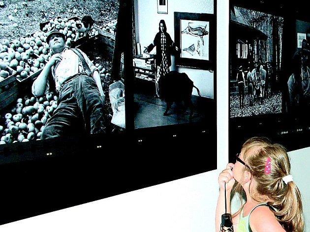 OSTŘE SLEDOVANÝ HRABAL. Pro velký zájem návštěvníků prodloužilo Národní muzeum fotografie výstavu o životě a díle slavného českého spisovatele ještě do konce tohoto týdne.