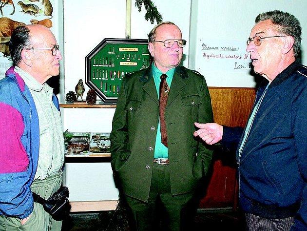 Na snímku ze sobotního zahájení výstavy jsou zleva Rudolf Míchal, František Koštial a Tomáš Vaňásek.