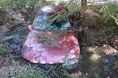 Mezi Staňkovem a Františkovem spadlo auto do příkopu plného vody.