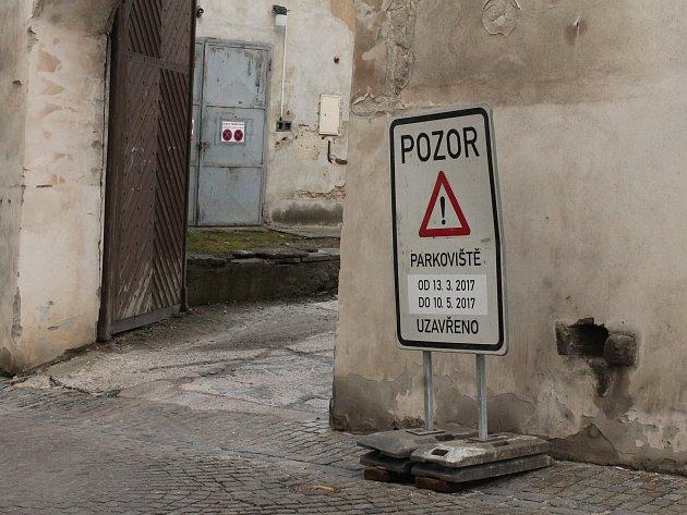 Od 13. března bude parkoviště ve dvoře jezuitské koleje v J. Hradci kvůli rekonstrukci, v důsledku které se sníží kapacita, zavřené.