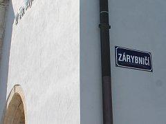 Slepá ulička Zárybničí dostala své jméno podle toho, že se nachází na břehu Malého Vajgaru.