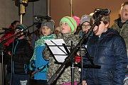 Česko zpívá koledy se v Nové Bystřici odehrálo tradičně v atriu kulturního domu Koruna.