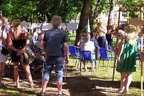 Setkání odborníků, zástupců města i široké veřejnosti ve středu 26. srpna pomohlo najít kompromis v řešení situace kolem kaštanové aleje v Českých Velenicích.
