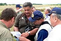 Členové expedice během pátrání po jednom z polních letišť 15. USAAF v oblasti Foggia. Nápomocen nám byl jeden z místních obyvatel (druhý zprava), který si vytvořil bydlení v bývalém objektu válečné základny.
