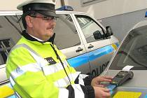 Dnes již může řidič zaplatit pokutu platební kartou u terminálu v policejním autě. Na snímku zařízení obsluhuje vedoucí skupiny dopravních nehod Jiří Pech.