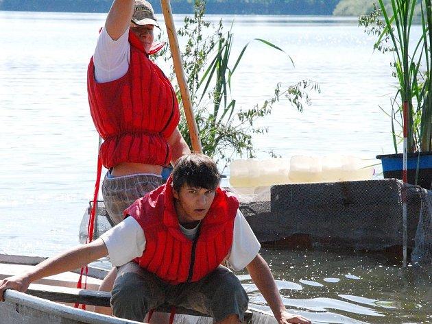 Na snímku posádka jede k molu, kde nakládá zboží (z lodi nesmí vystoupit) a přepraví ho na další molo. Bodoval se čas.