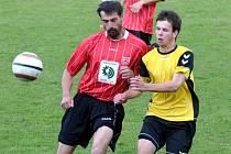 Dačický Dominik Vacuška (vpravo) svádí souboj se zkušeným Kamilem Tobiášem. Prachatice doma zvítězily 2:1.