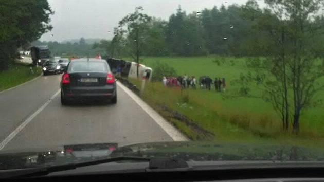 Autobus se ze zatím nezjištěných důvodů převrátil mimo silnici.
