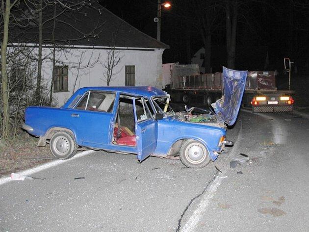 Srážka kamionu s fiatem v nebezpečné zatáčce v Kunžaku.