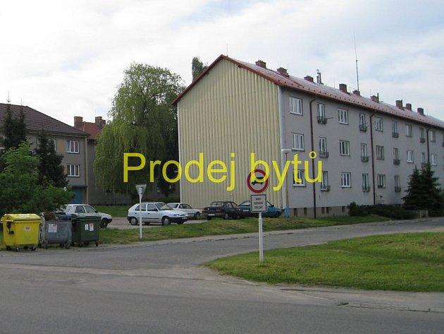 Pohled na jeden z domů s bývalými armádními byty.
