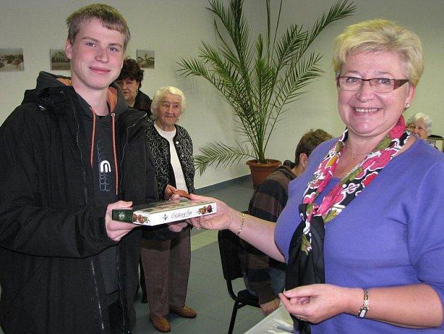 V Lužnici se potkali zároveň nejstarší volička 88letá Miloslava Bártová (na snímku vzadu) a nejmladší volič Kamil Kaleta. Jako prvovolič dostal od odstupující starostky Marie Širhalové  bonboniéru.