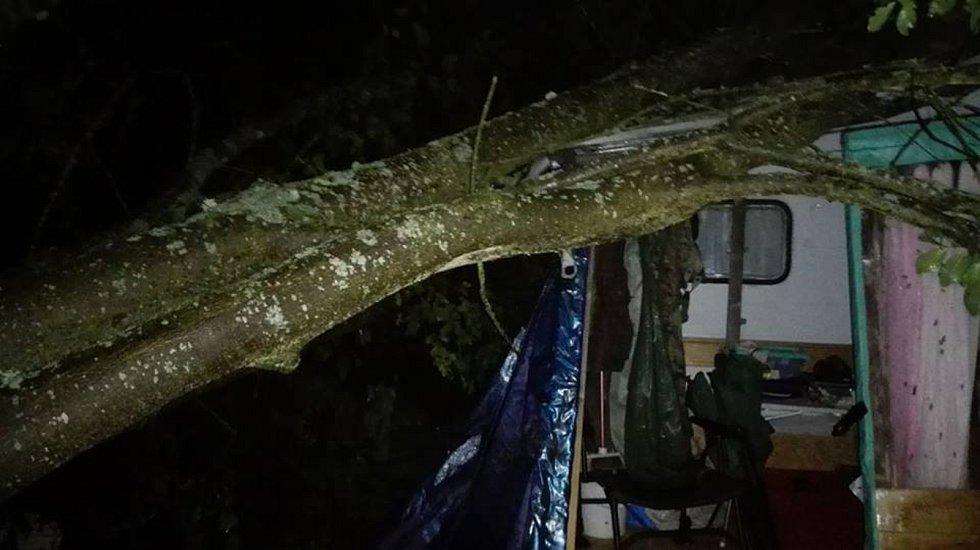 Následky bouřky na jihu Čech v noci z pátku na sobotu budou lidé ještě nějaký čas odstraňovat. Na Lipně v Kempu u Kukačků spadl strom na karavan.