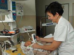 Novorozenecké výhřevné lůžko s fototerapií pro diagnostiku a léčbu novorozenecké žloutenky je nově k dispozici lékařům jindřichohradecké nemocnice.