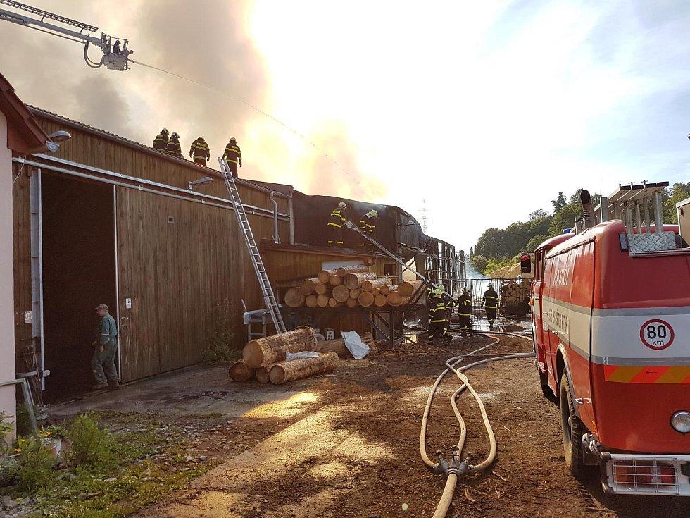 U požáru skladu v Kardašově Řečici ve středu 4. července hasiči vyhlásili druhý stupeň požárního poplachu.
